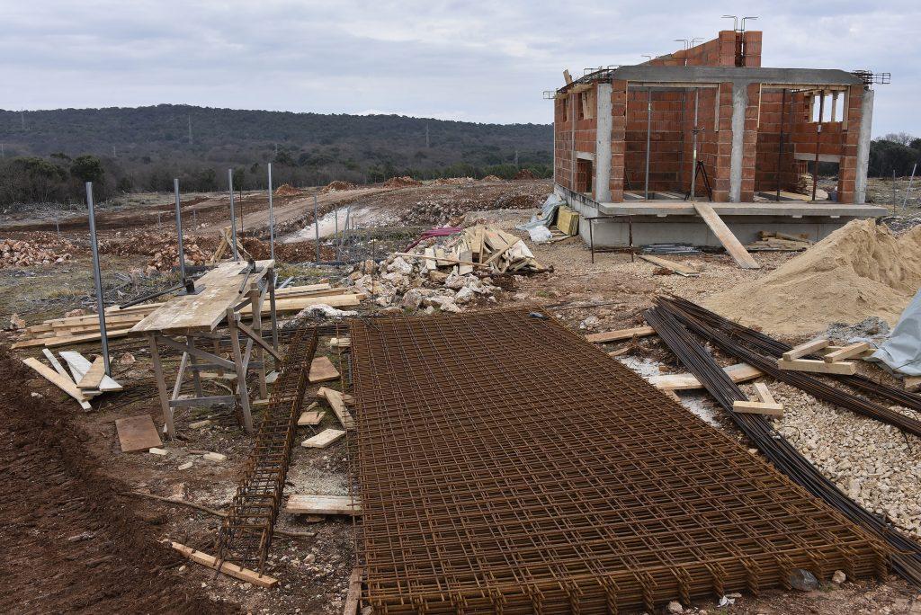 Gradilište sunčane elektrane Orlec, na kojoj bi većina panela trebala biti postavljena do ljeta / Foto W. SALKOVIĆ