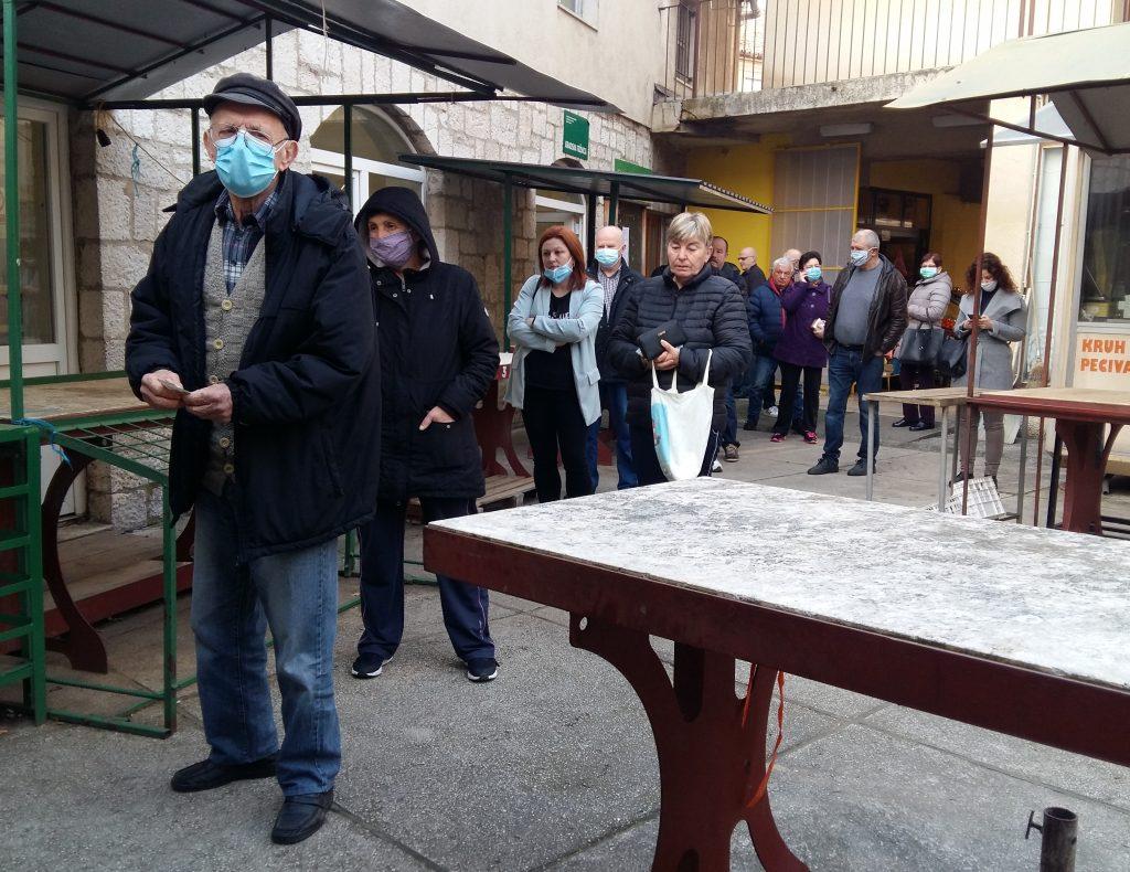 Senjani su u redu čekali za humanitarnu kupovinu ribe / Foto D. PRPIĆ