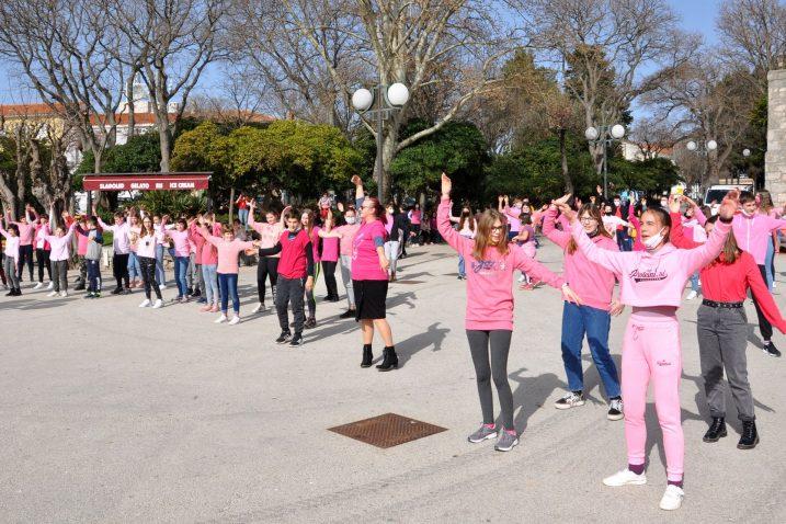Mali Krčani pjesmom i plesom na rivi obilježili Dan ružičastih majica / Foto M. TRINAJSTIĆ