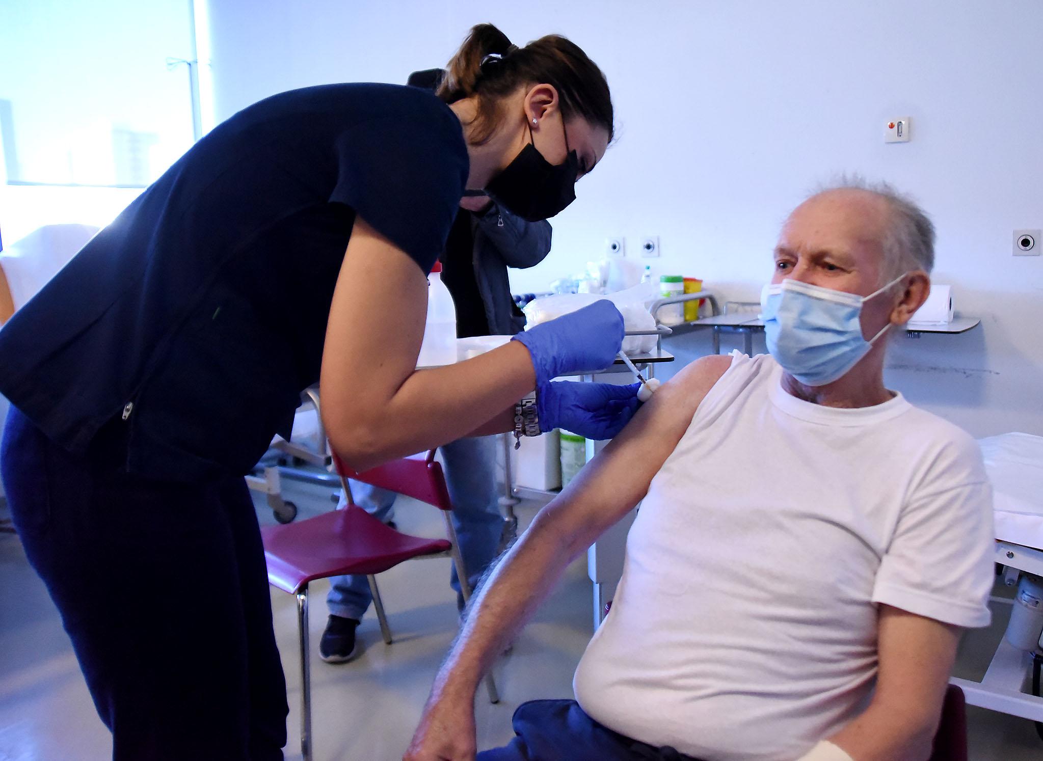 Sretan da je došao na red za cijepljenje - Karlo Hunček / Foto SERGEJ DRECHSLER