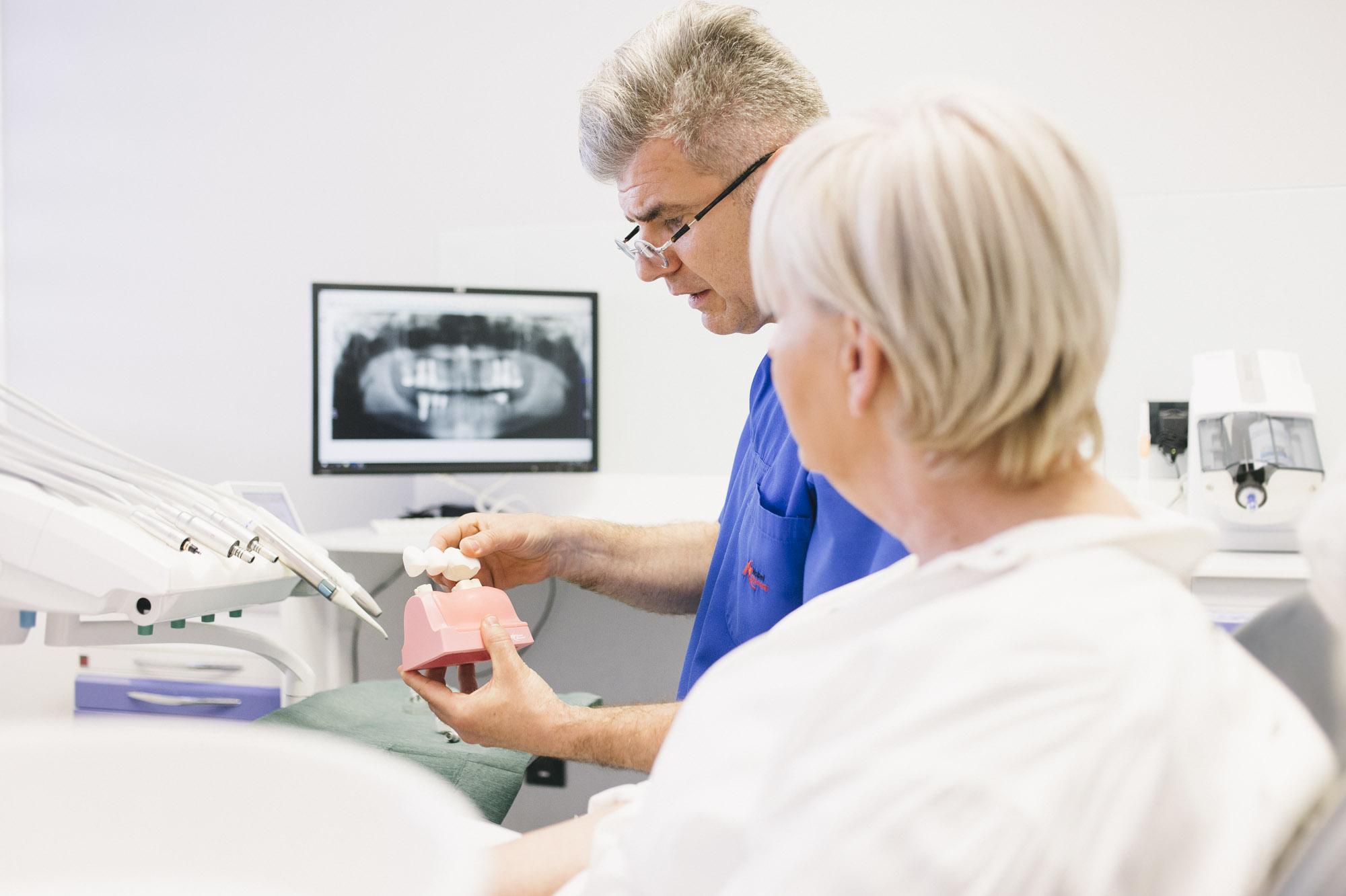 Dr. Jelušić u razgovoru s pacijenticom, Foto: Dentalna poliklinika dr. Jelušić