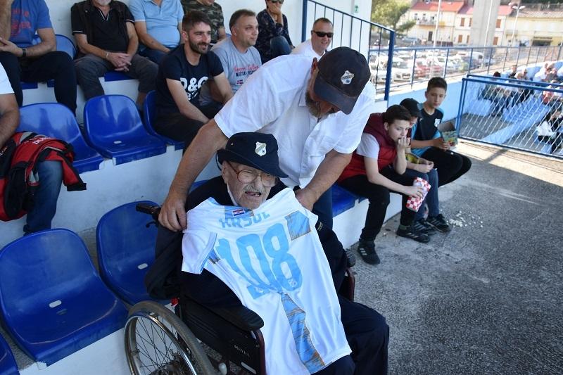 Josip Kršul na selačkoj rivi na svoj 108. rođendan / Snimio F. DERANJA