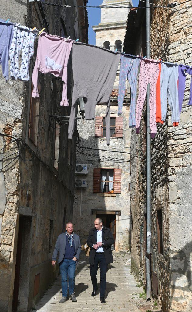 IDS-ov kandidat za gradonačelnika proveo je reportere Novog lista kroz staru gradsku jezgru / Snimio Vedran KARUZA