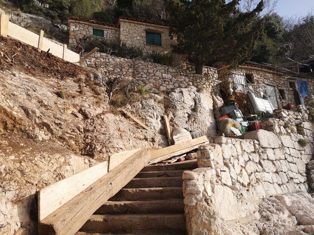 Strme stepenice za spuštanje u brsečku lučicu / Foto MA. KIRIGIN