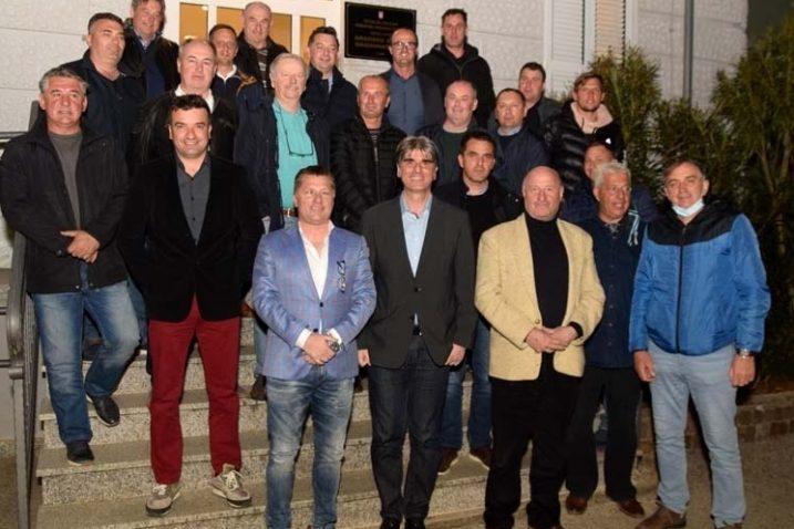 Članovi Skupštine NK Krka na čelu s novim predsjednikom i gradonačelnik Krka Darijom Vasilićem
