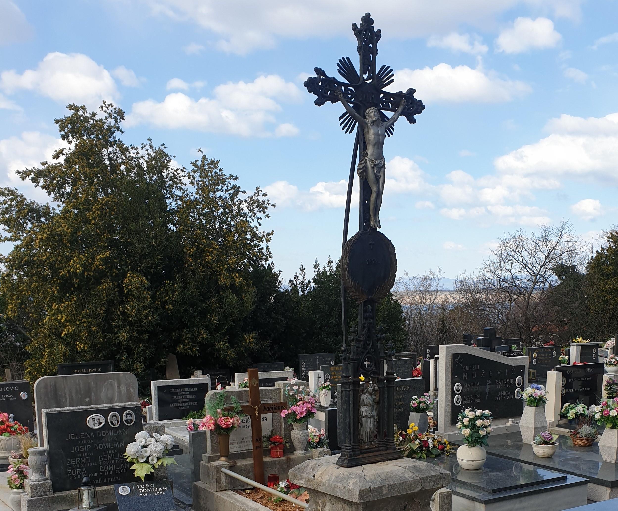 Središnji križ postavljen je u drugoj polovici 19. stoljeća
