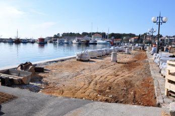 Na Ribarskom mulu djelatnici GP-a Krk postavljaju novo kameno opločje / Foto M. TRINAJSTIĆ