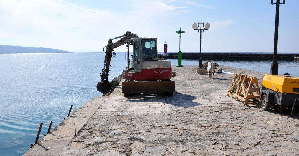 Na Glavnom mulu iliti Veloj rivi počelo je saniranje podmorskih i nadmorskih oštećenja obalnog zida / Snimio Mladen TRINAJSTIĆ