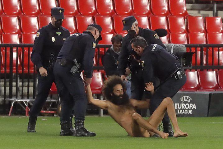 Ekshibicionist je nakon nekoliko sekundi na terenu priveden/Foto REUTERS