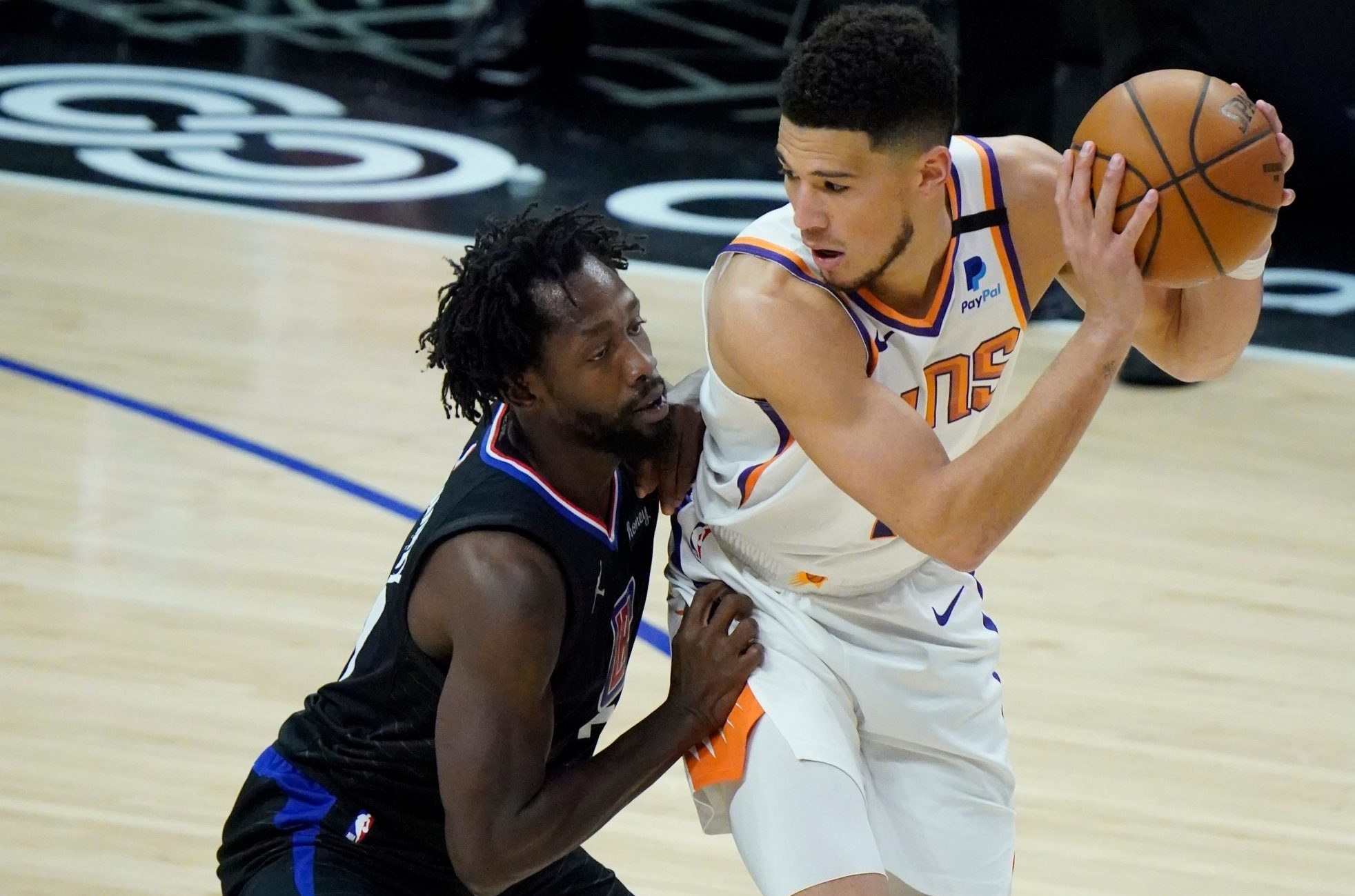 Patrick Beverly i Devin Booker/Foto REUTERS