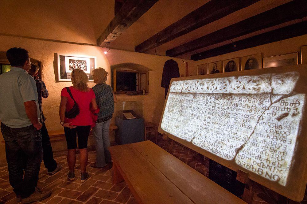Bašćanska ploča je lijevi plutej u crkvi sv. Lucije