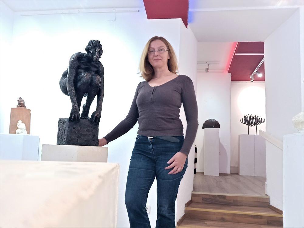 """Dijana Lukić pored brončane skulpture """"Uzlet"""" Dijane Ive Sesartić"""