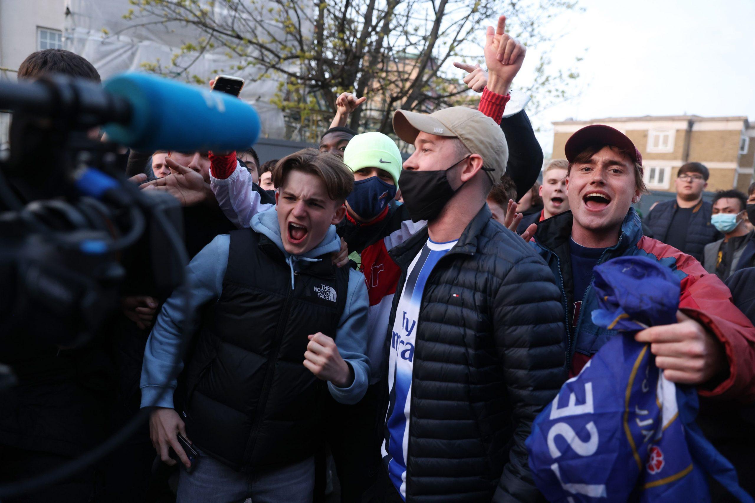 Navijači Chelseaje ispred Stamford Bridgea/Foto REUTERS