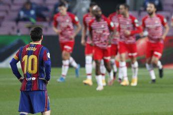 Lionel Messi promatra slavlje igrača Granade/Foto REUTERS