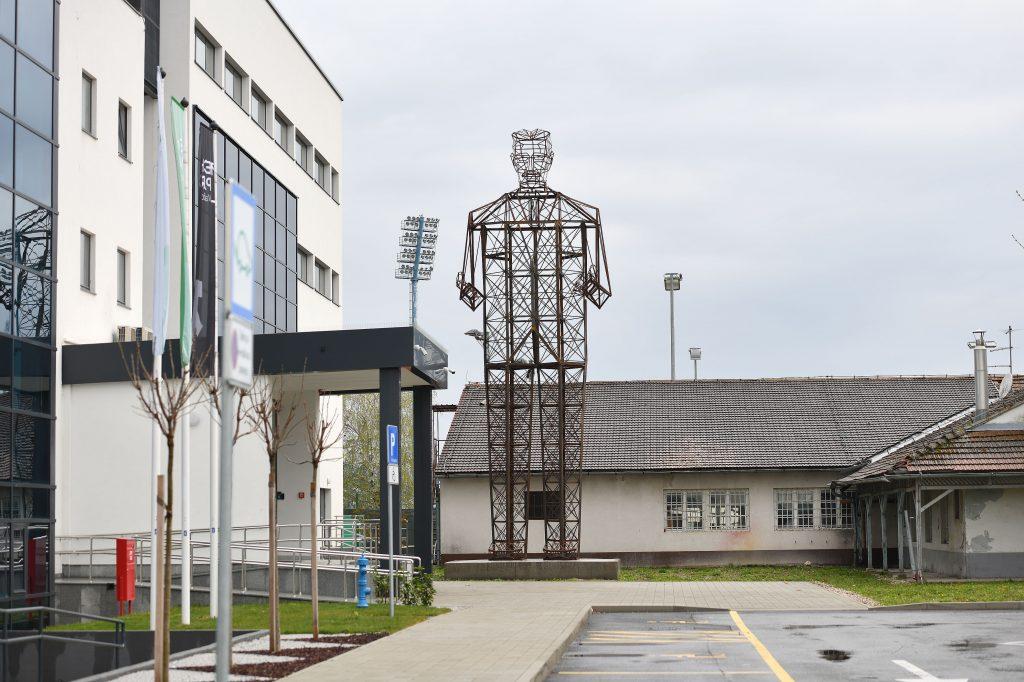 Skulptura Nikole Tesle u konstrukcijskoj formi dalekovoda ispred Tehnološkog parka u Varaždinu / Foto: Vjeran Zganec Rogulja/PIXSELL