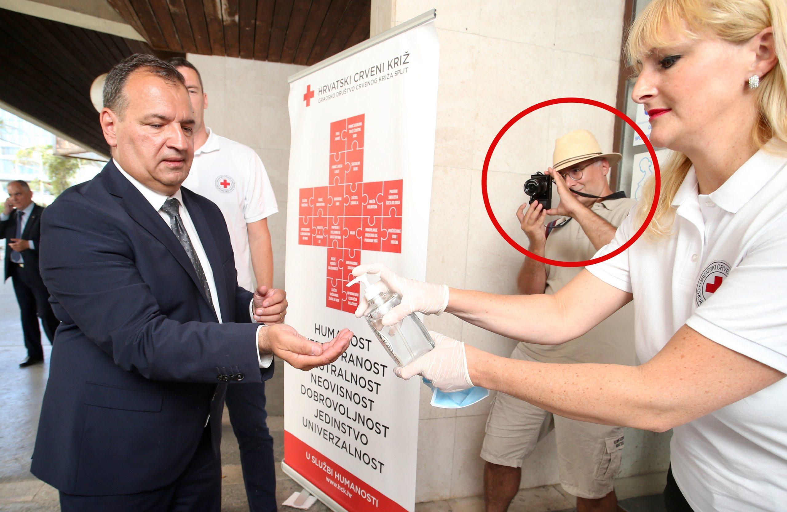 Vinko Kojundžić (u crvenom krugu) fotografiran u ležernom izdanju dok fotografira ministra Vilija Beroša prilikom posjeta splitskom Crvenom križu / Foto Ivo Cagalj/PIXSELL
