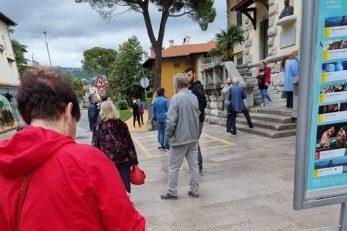 Čekanje u koloni ispred zgrade opatijske Gradske uprave / Foto Facebook