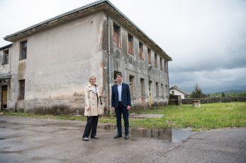 Dragica Marač i Robert Marčelja pred budućim domom za starije u Jelenju