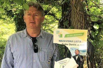 Dr. Fedor Dorčić pred rastrganim predizbornim plakatom svoje liste