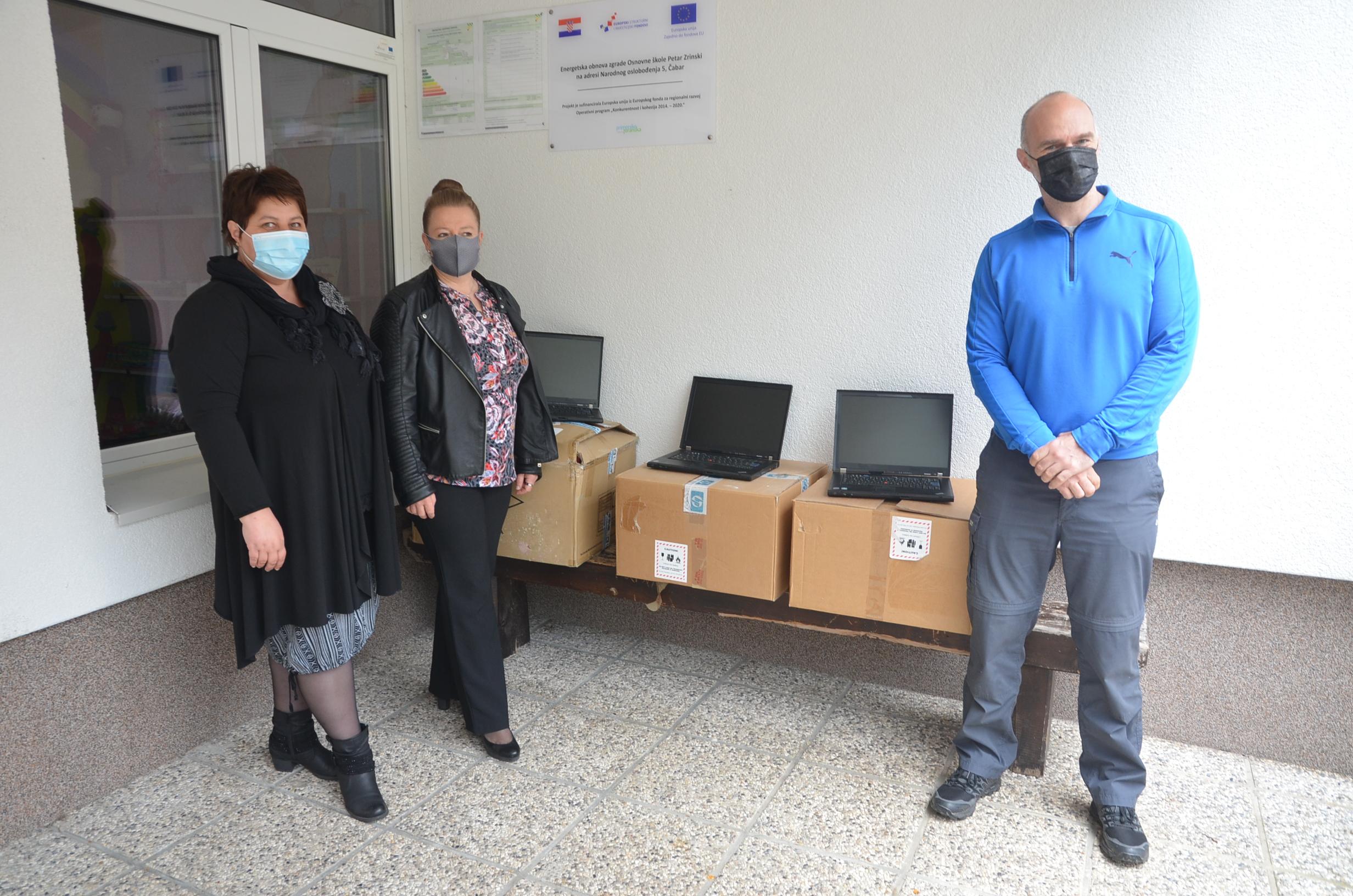 Barbara Turk Čop, Silvana Šebalj Mačkić i Denis Fudurić pored doniranih računala / Snimio M. KRMPOTIĆ