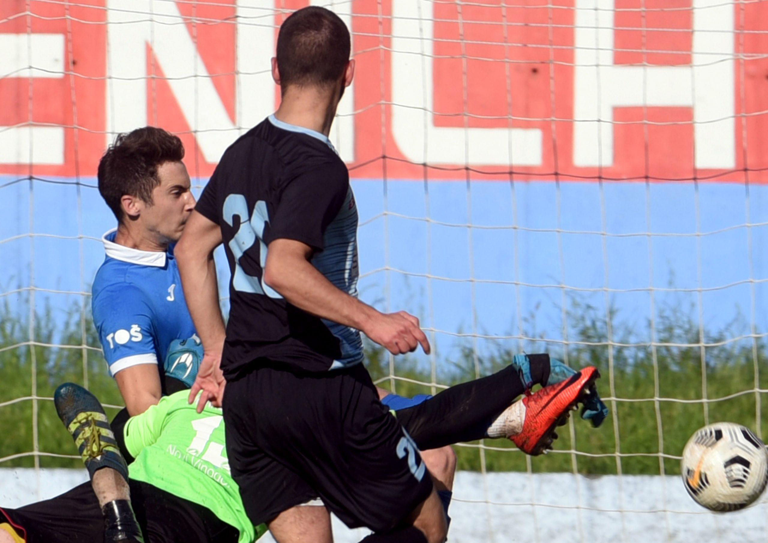 Dino Šarković (Crikvenica) u duelu sa vratarom Vinodola Marinom Godinićem/Foto M. GRACIN