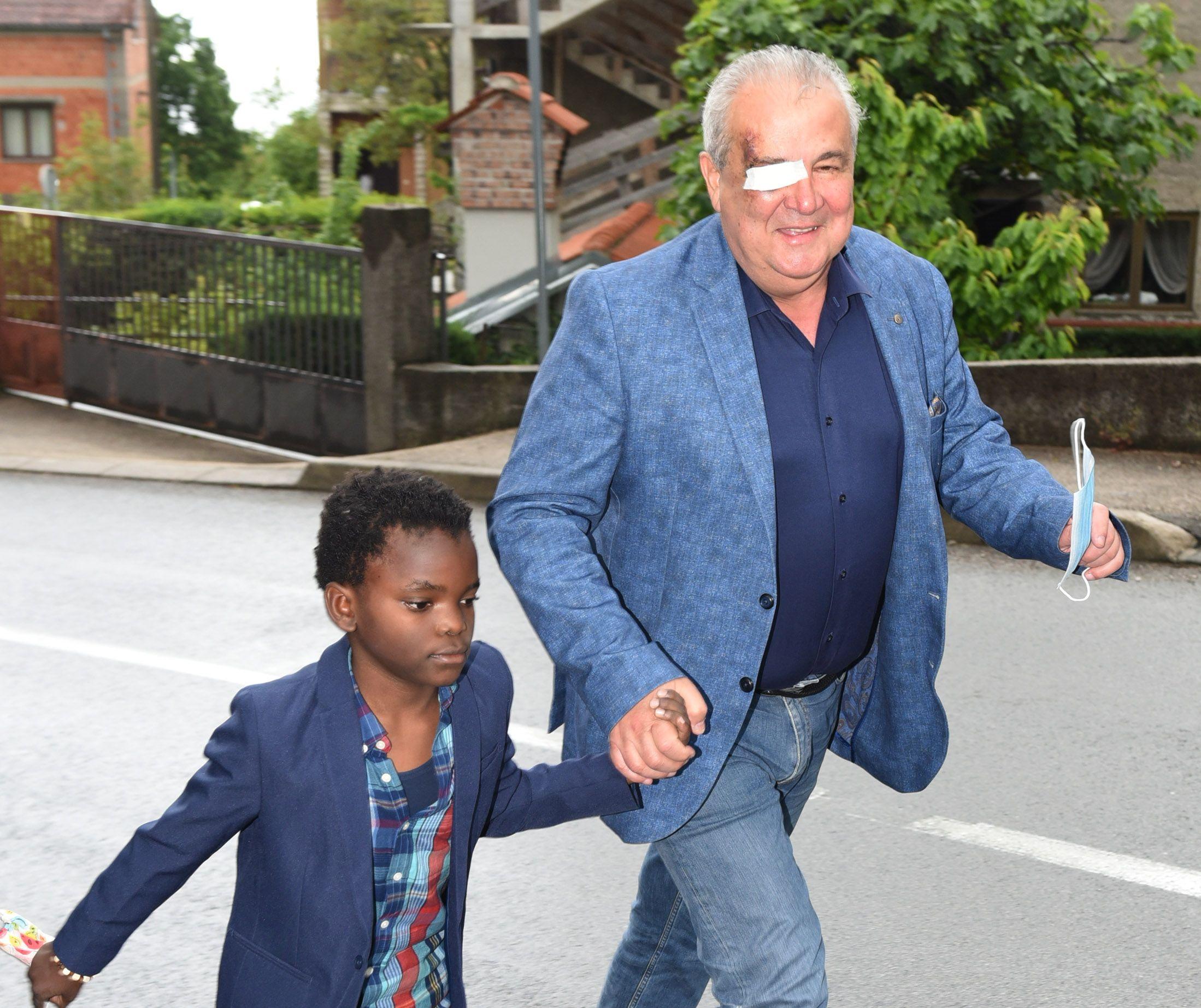Nikola Ivaniš i unučić Michael kreću na glasanje / Foto Marko Gracin