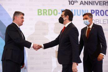 Zoran Milanović rukuje se s predsjednikom Sjeverne Makedonije Stevom Pendarovskim na samitu u Brdu kod Kranja/ Foto Reuters