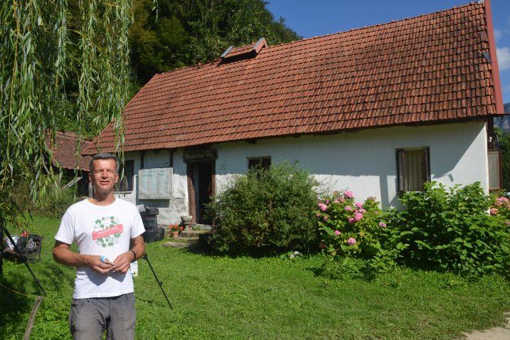 Marko Smole ispred Rezučke hiše / Foto: M. KRMPOTIĆ