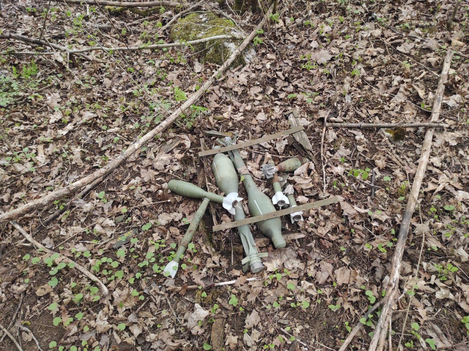 Pronašao minski arsenal odbačen nedaleko od ceste
