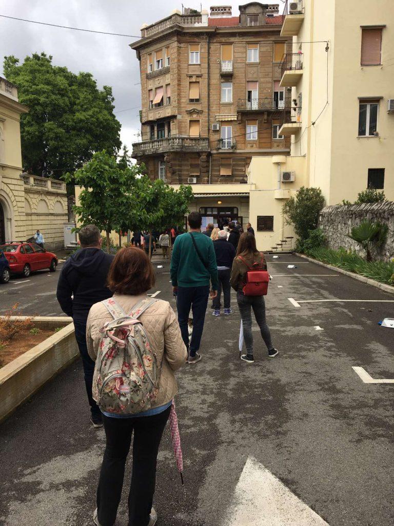 Glasači čekaju u redu ispred Doma mladih Rijeka / Snimio Andrej PETRAK