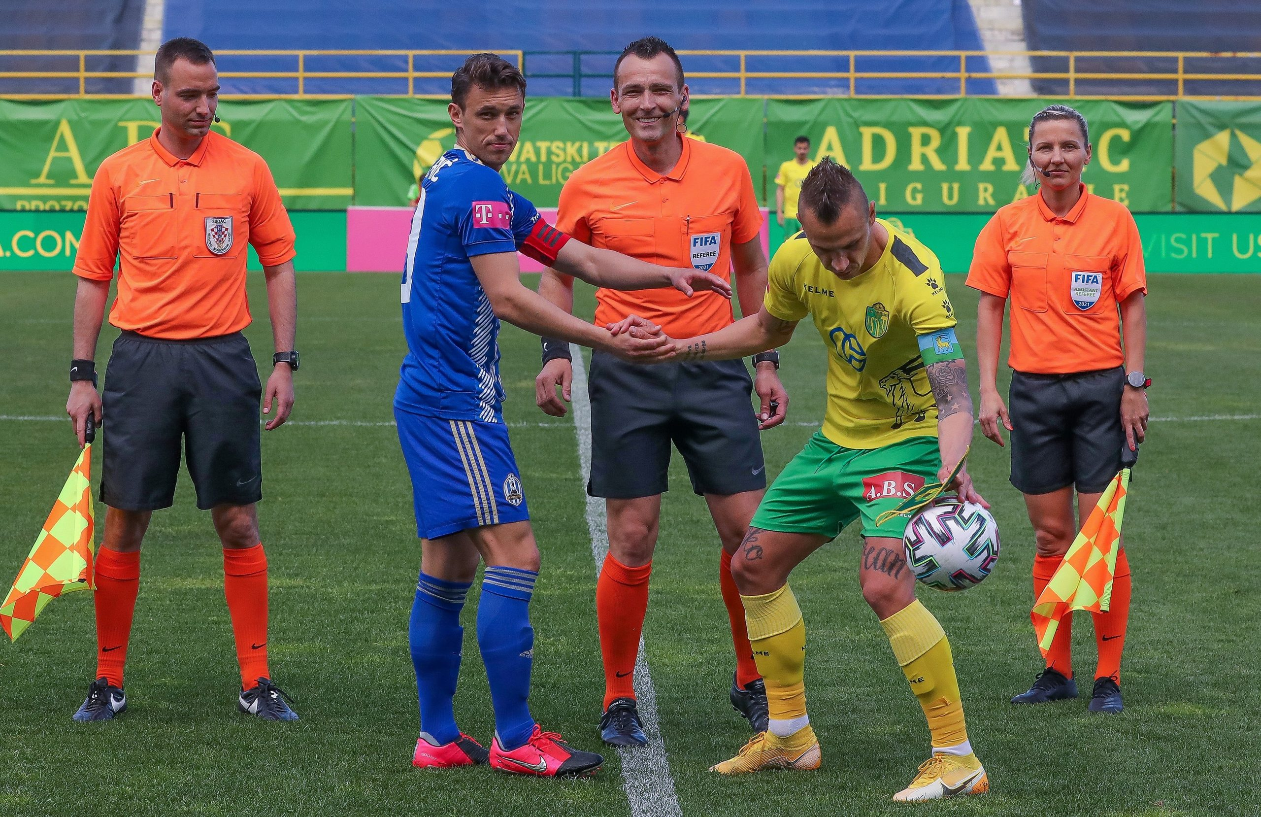 Ivan Bebek i pomoćnici s kapetanima momčadi uoči početka utakmice/Foto PIXSELL