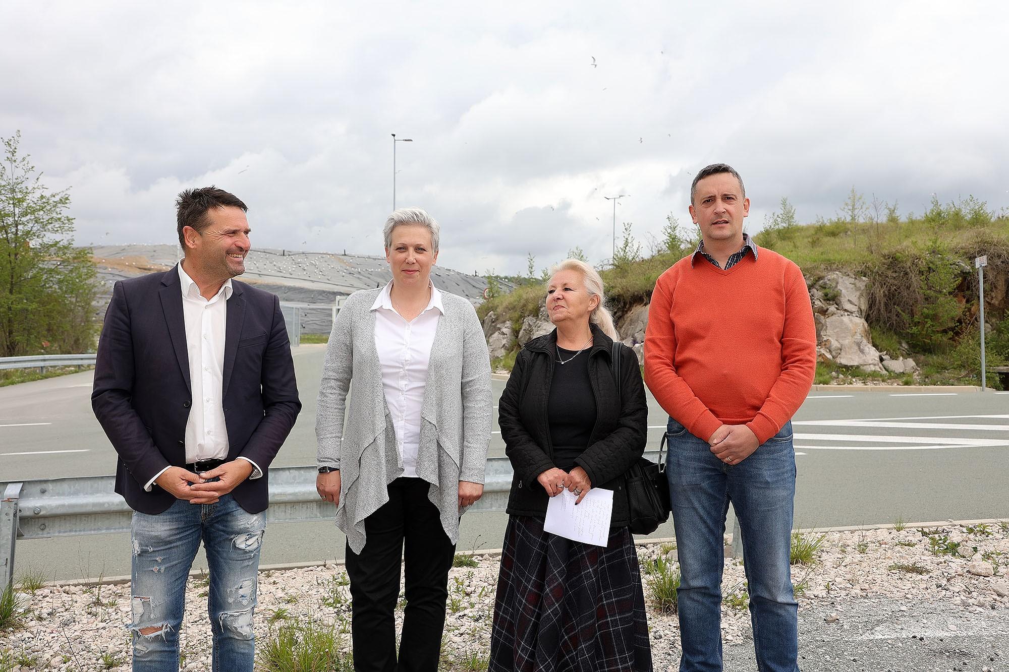 Marinko Koljanin i suradnici ispred Marišćine