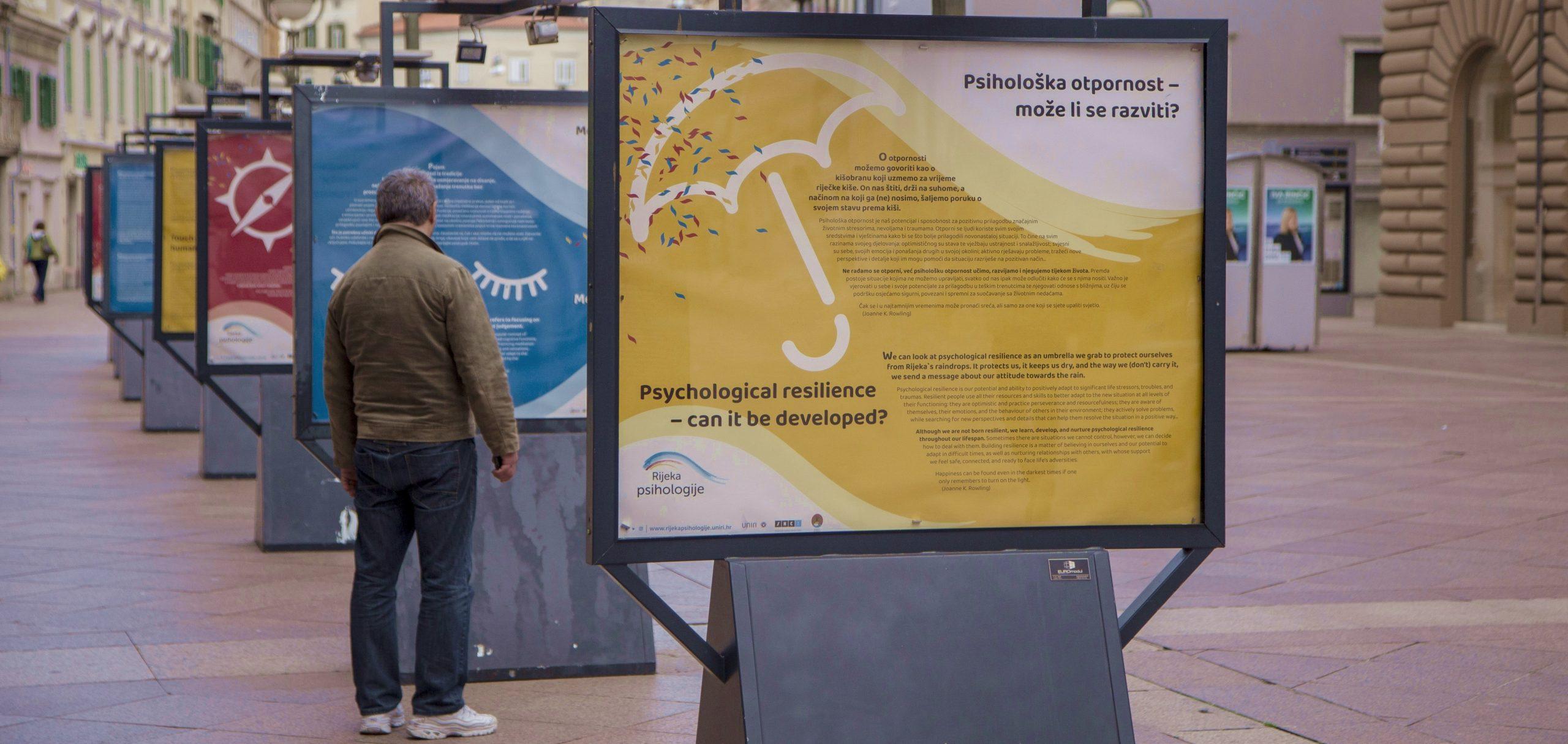 Izložba je postavljena na postamentima na Korzu