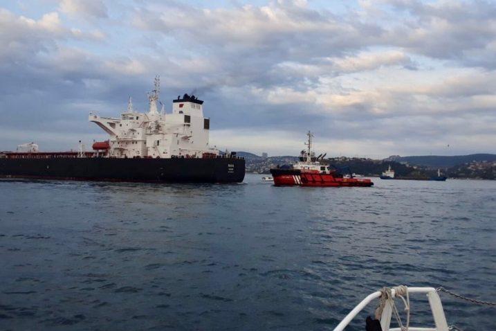 Tanker Rava zadarske Tankerske plovidbe i remorker u Bosporu / Foto Screenshot Twitter