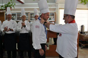 Novopečenim kuharima-specijalistima lente i diplome dodijelio mentor Saša Bešlić / Foto M. TRINAJSTIĆ