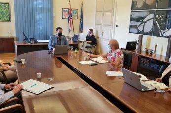 Novi gradonačelnik Fernando Kirigin i zamjenica Kristina Đukić s pročelnicima gradskih upravnih odjela