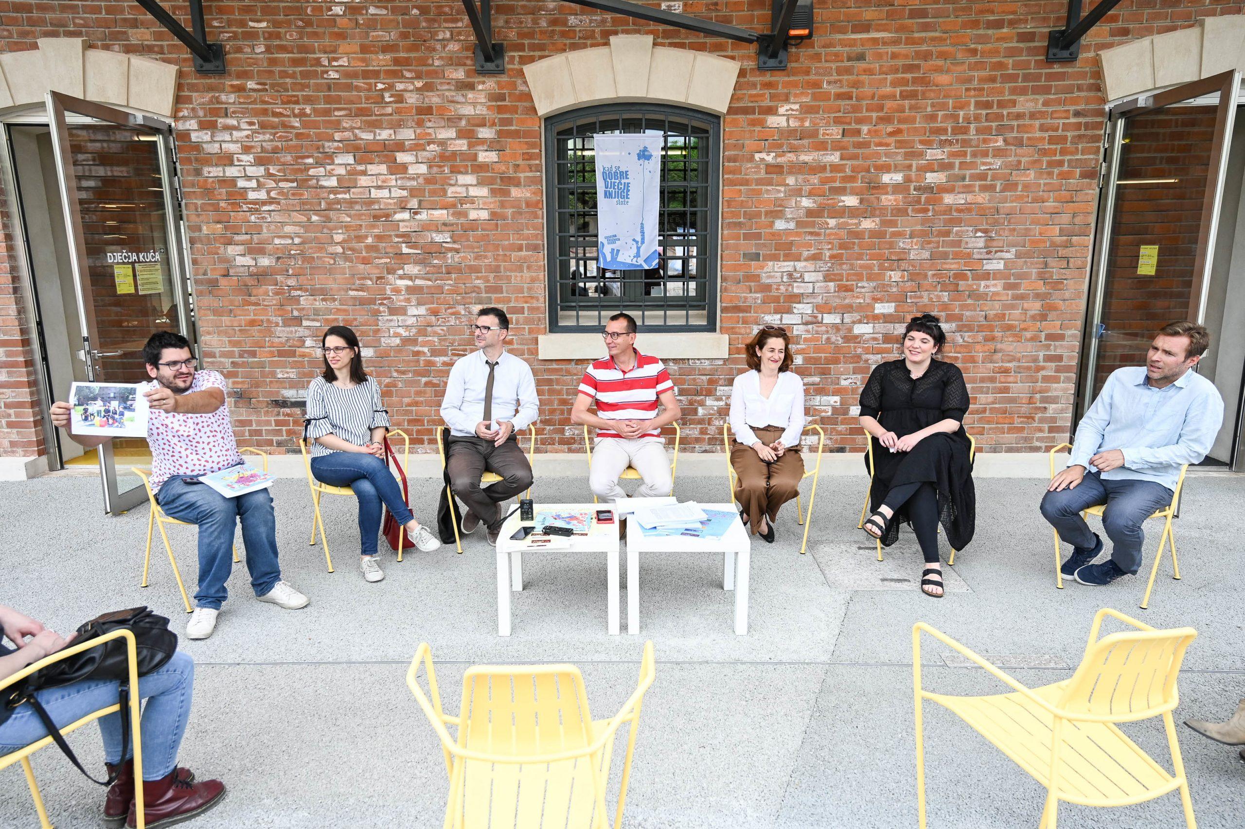 Konferencija za novinare održana je ispred Dječje kuće / Foto MATEO LEVAK