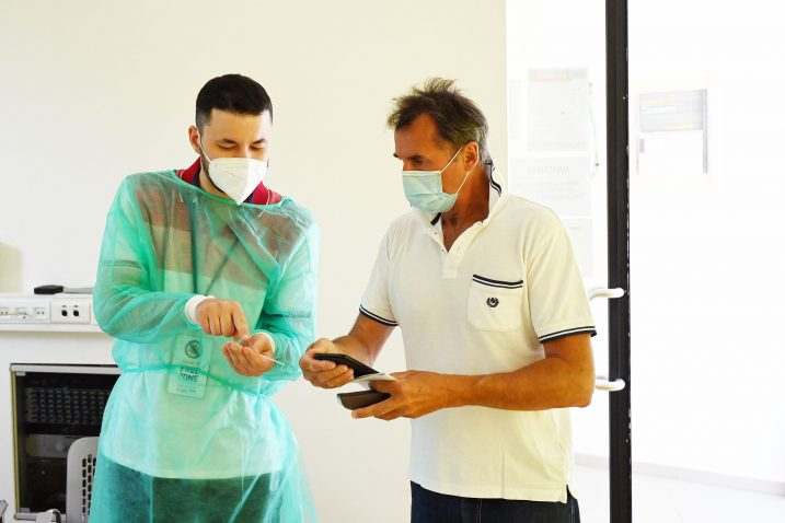 Testiranje brzim antigenskim testovima turista u Mošæenièkoj Dragi Snimio: MATEO LEVAK