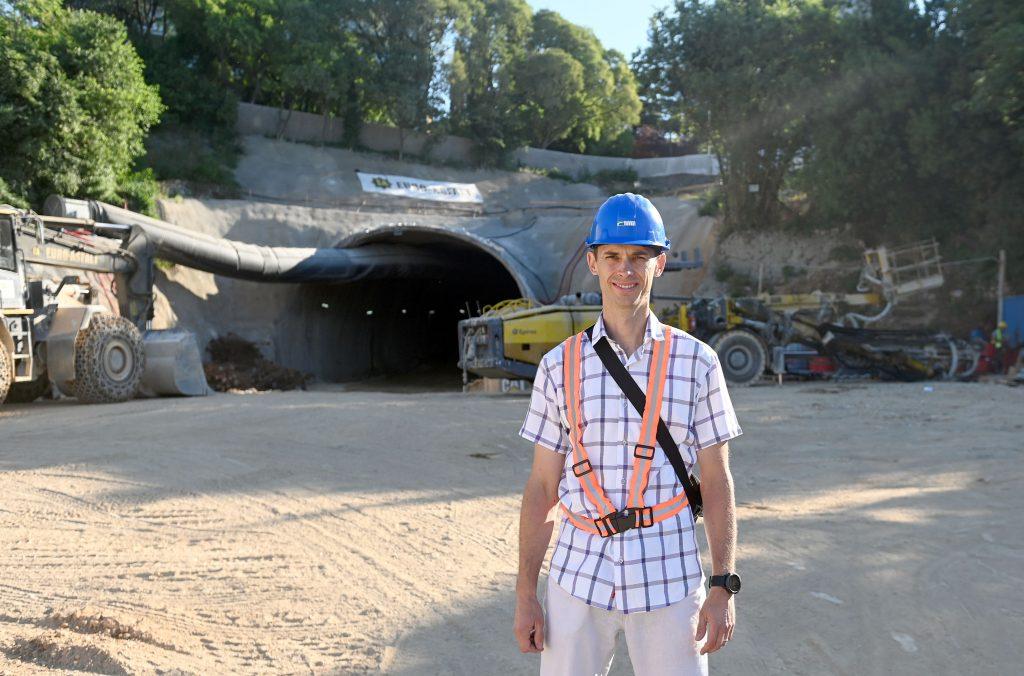 Započeli su radovi na trećoj fazi gradnje prometnice - inženjer Martin Abramović ispred južnog portala tunela ceste D-403 / Snimio Vedran KARUZA