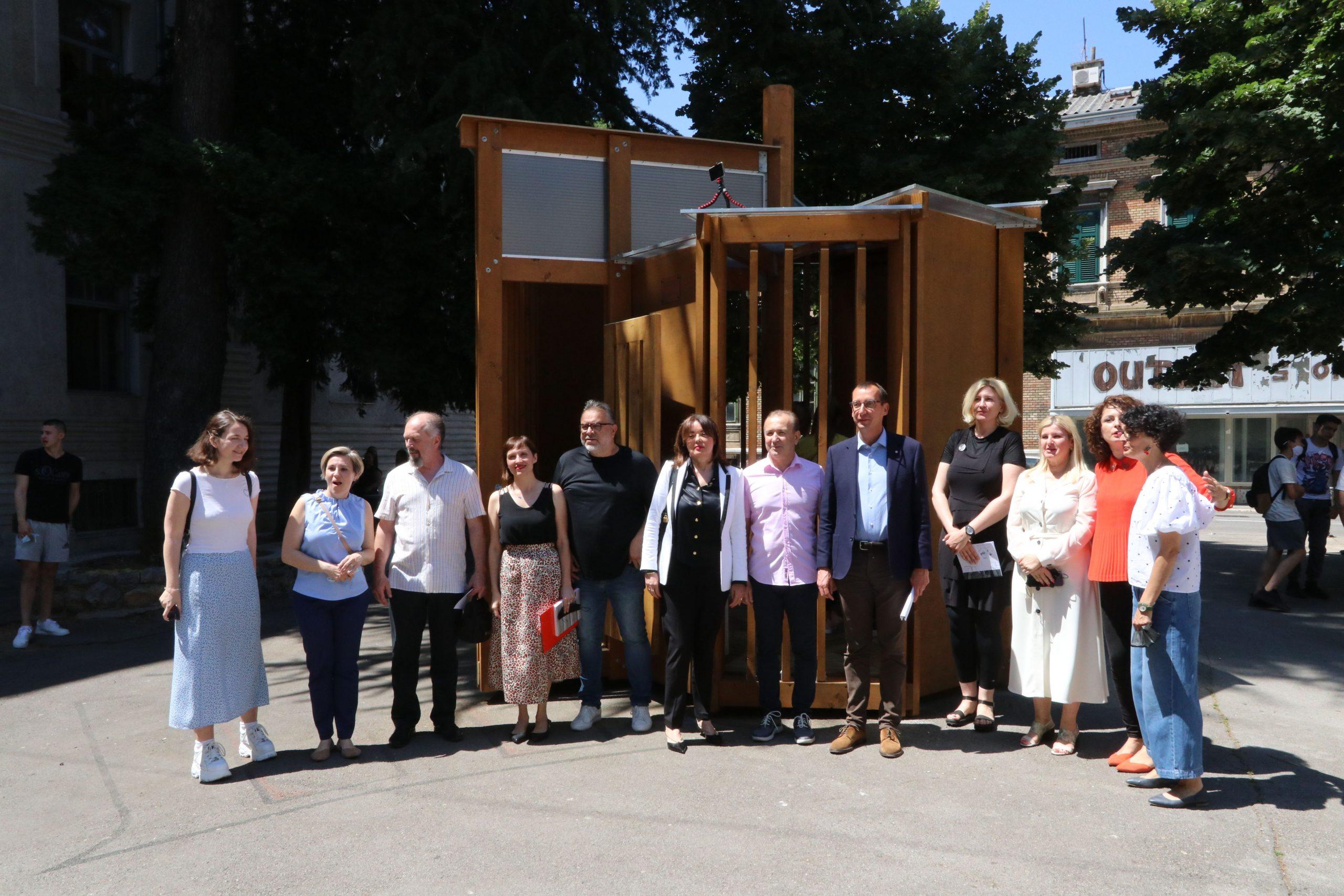 Uzvanici pred paviljonom Građevinske tehničke škole