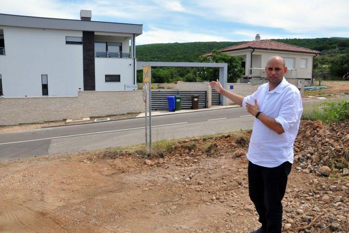 Uz gradilište smješteni su stambeni te objekti namijenjeni iznajmljivanju, neki kategorizirani i s pet zvjezdica – Daniel Strčić / Foto M. TRINAJSTIĆ