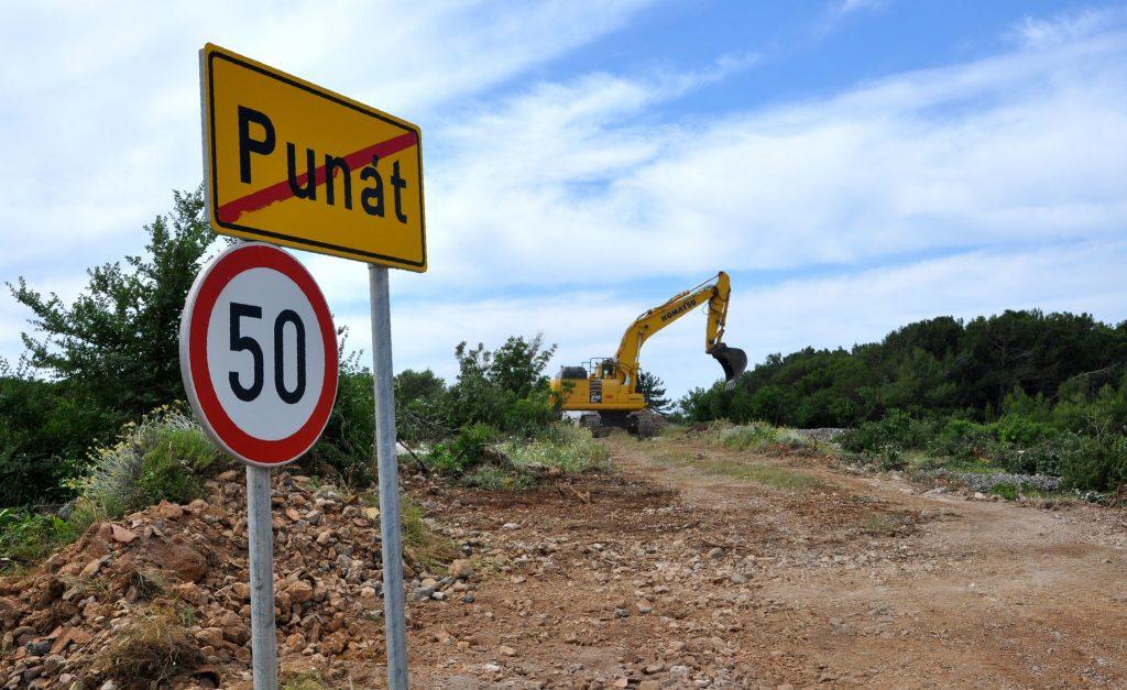 Započela je izgradnja 150-ak metara duge i gotovo 1,9 milijuna kuna vrijedne ulice na kraju Punta  / Snimio M. TRINAJSTIĆ