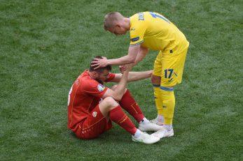 Oleksandr Zinchenko tješi Stefana Ristovskog nakon utakmice/Foto REUTERS