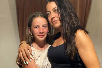 Mala Eni sa svojom dobročiniteljicom Nikitom Dajčer / Snimila M. KIRIGIN