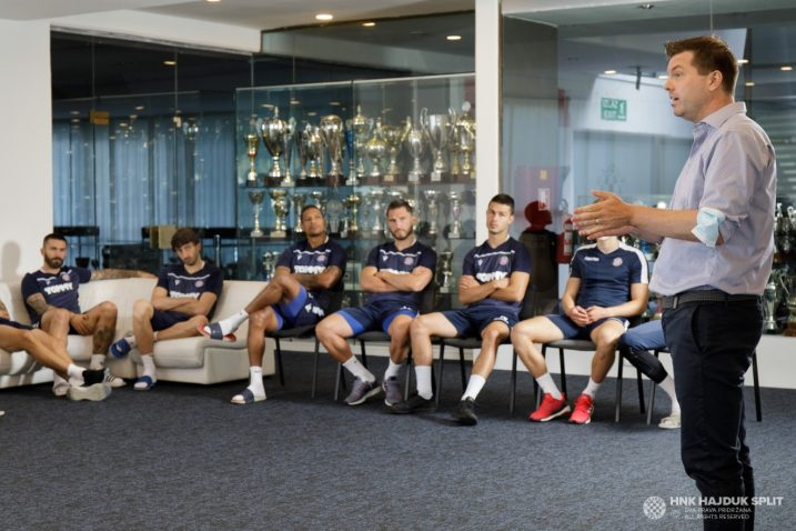 Jens Gustafsson s igračima Hajduka/Foto: hajduk.hr
