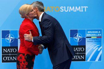 Bliski susret Kolinde Grabar Kitarović i Jensa Stoltenberga na summitu NATO-a 2018. godine / Foto Reuters
