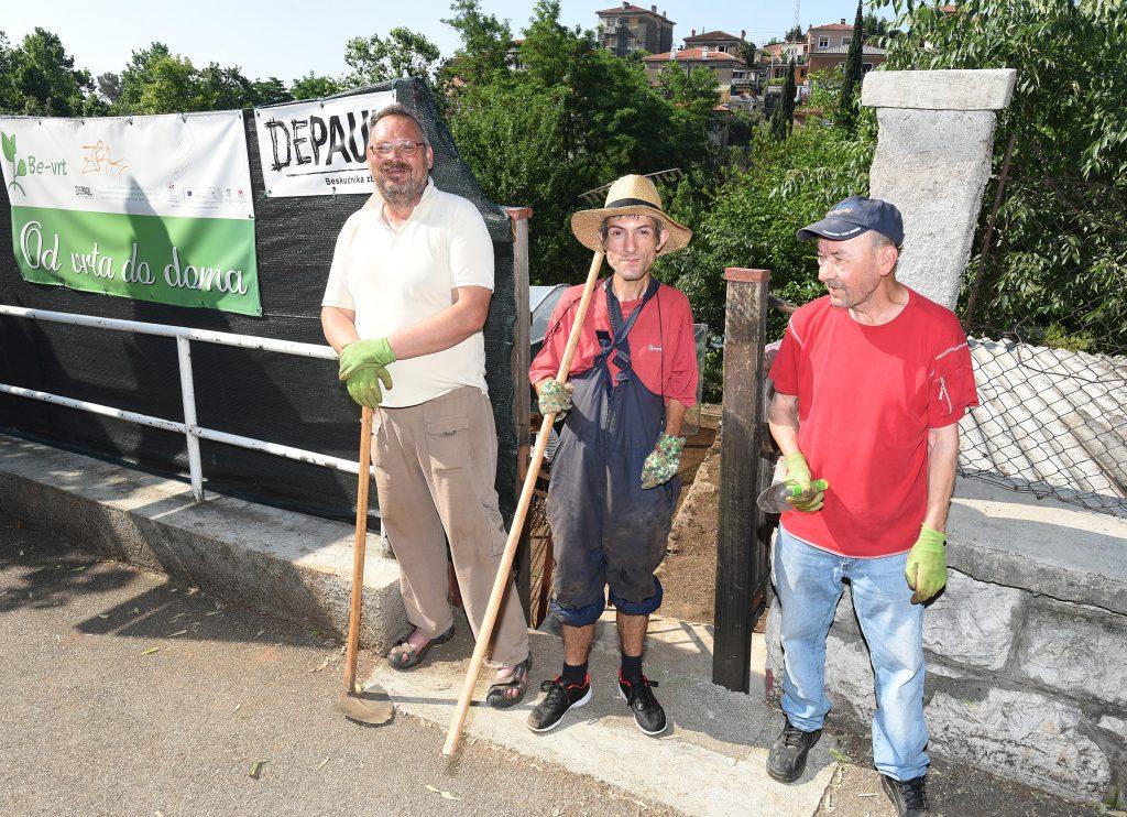 Rad u vrtu ispunjava ih osjećajem korisnosti - Denis, Nenad i Đuro / Snimio Marko GRACIN