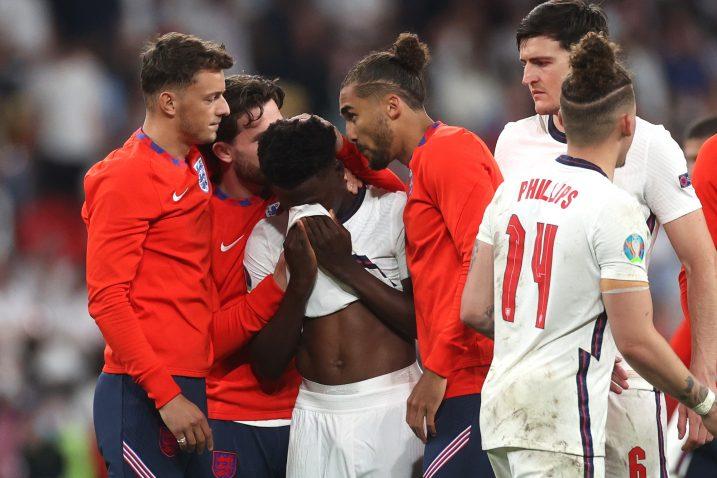 Suigrači tješe Bukayo Saku nakon promašenog penala protiv Italije/Foto REUTERS