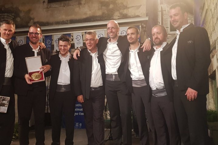 Članovi klape Vinčace nakon pobjede u Omišu