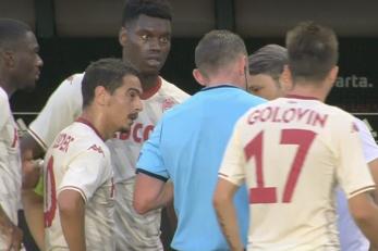 Nogometaši Monaca u razgovoru sa sucem